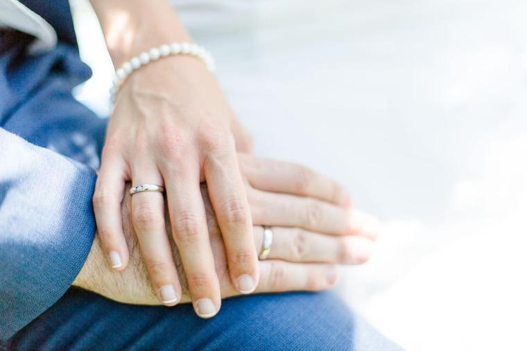 Hochzeit, Bayern, Muenchen, Hochzeitsfotograf, Brautpaar, Brautstrauß, Ebersberg, Burghausen, Altoetting, Hochzeitsfeier, Sachsenkam, Kirchsee, See, First Look, Eheringe-135