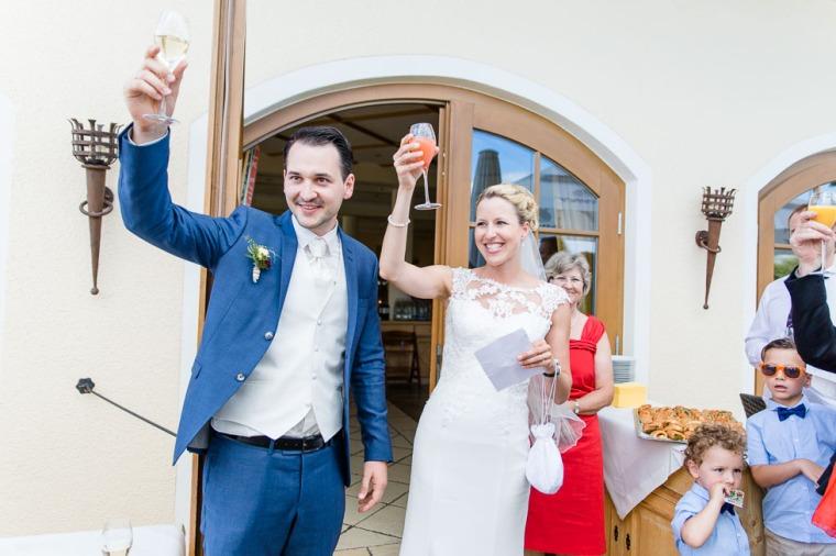 Hochzeit, Bayern, Muenchen, Hochzeitsfotograf, Brautpaar, Brautstrauß, Ebersberg, Burghausen, Altoetting, Hochzeitsfeier, Sachsenkam, Kirchsee, See, First Look, Eheringe-153